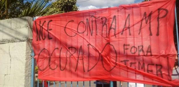 faixa-colocada-pelos-estudantes-que-ocupam-a-escola-estadual-professora-ossis-salvestrini-mendes-em-sorocaba-1475935886493_615x300