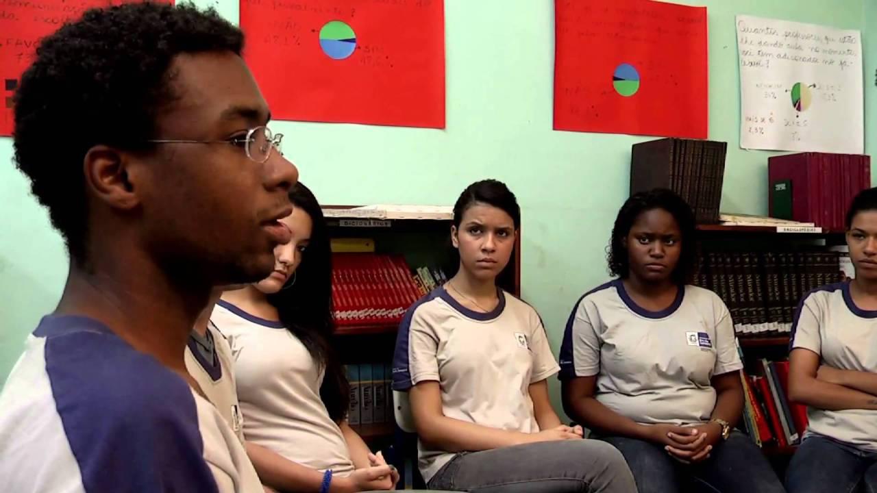 """Artigo. """"Redes sociais de internet numa escola de ensino médio: entre aprendizagens mútuas e conhecimentos escolares"""""""